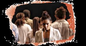 Pulse de François Lamargot : une danseuse fait face à l'objectif en plan américain tous les autres danseur lui tournent le dos